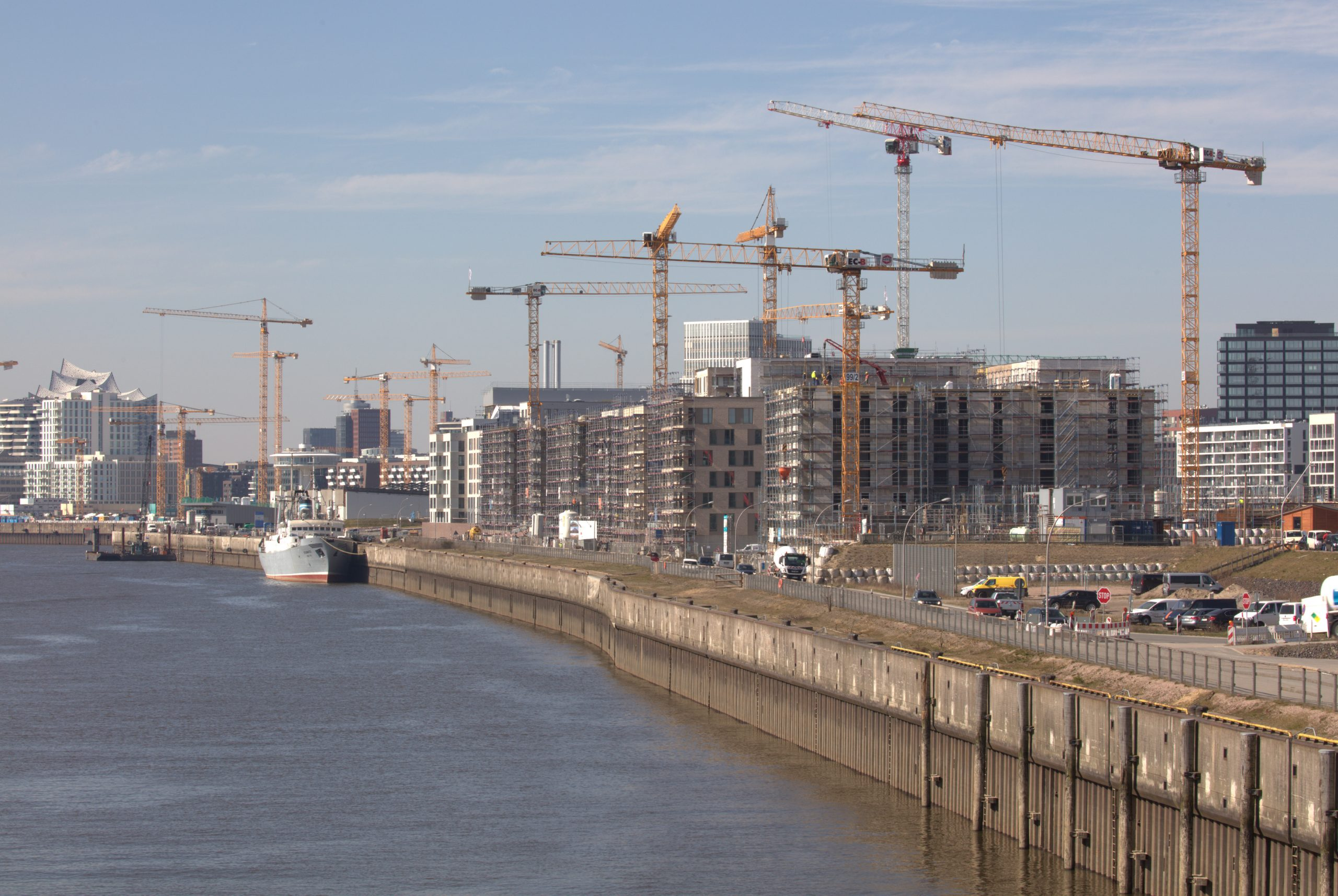Top-class logistics: 25 Liebherr tower cranes at work on the Überseequartier district in Hamburg's HafenCity area