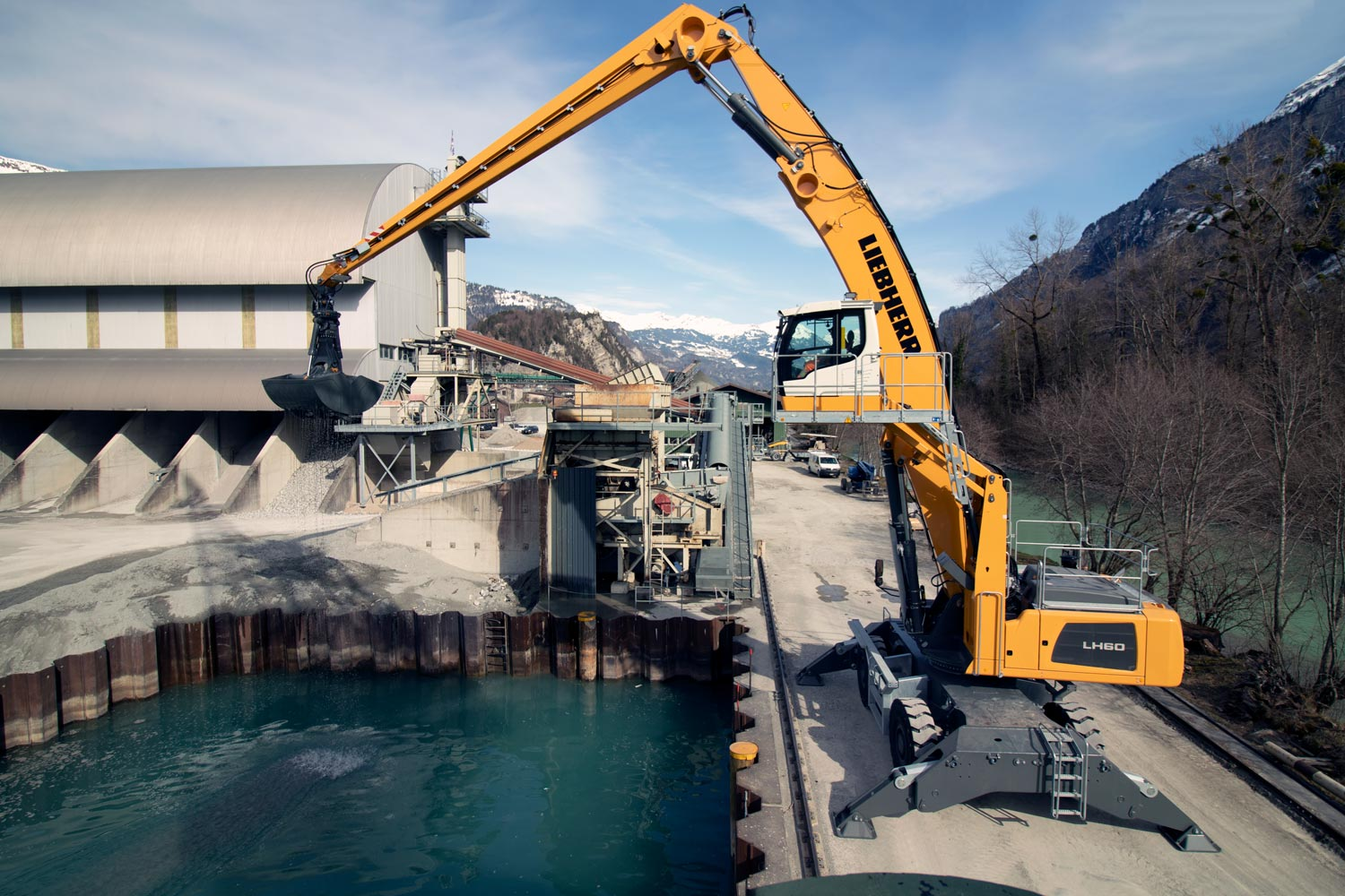 Fully operational for Swiss natural product: Liebherr LH 60 M Port Litronic material handler